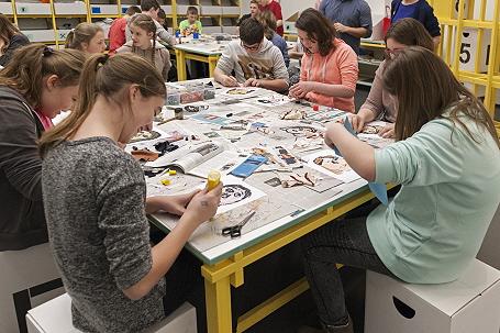 Schülerinnen einer Münchner Realschule arbeiten im neuen Kunstvermittlungsraum
