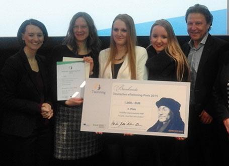 KMK-Präsidentin Dr. Claudia Bogedan (l.) verleiht auf der didacta in Köln den Deutschen eTwinning-Preis 2015 in der Altersklasse 16-21 Jahre an das Schiller-Gymnasium Hof