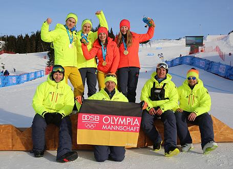 Das siegreiche deutsche Snowboard/Ski Cross Mixed Team  – mit Celia Funkler (CJD Berchtesgaden), Jana Fischer, Sebastian Pietrzykowski und Cornel Renn (alle Gymnasium Oberstdorf) sowie Betreuern (vorne)