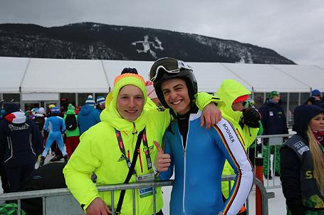 Bronzemedaillengewinner Anton Grammel (Ski Alpin) vom Gertrud-von-le-Fort-Gymnasium Oberstdorf mit einem weiteren Athleten der deutschen Mannschaft
