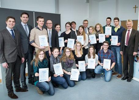 Bildungsstaatssekretär Georg Eisenreich (2.v.l.) freute sich mit den Schülerinnen und Schülern der Staatlichen Berufsschule Traunstein II über die erfolgreiche Teilnahme am Medienführerschein Bayern