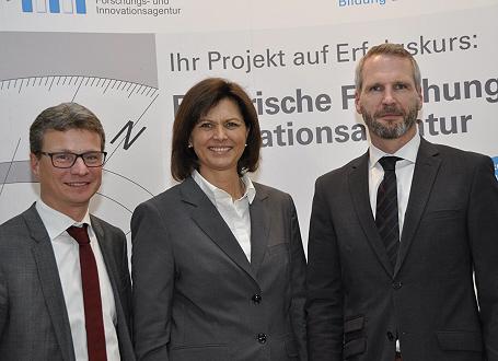 Wissenschaftsstaatssekretär Bernd Sibler, Wirtschaftsministerin Ilse Aigner und Martin Reichel, der Sprecher des Bayerischen Forschungs- und Innovationsagentur