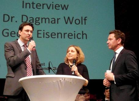 Bildungsstaatssekretär Georg Eisenreich (li.) mit Dr. Dagmar Wolf, Leiterin des Bereichs Bildung der Robert Bosch Stiftung, und Moderator Roman Roell