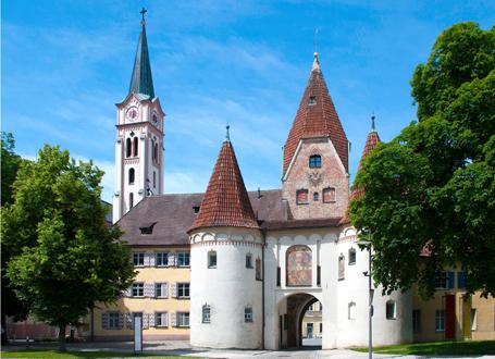 Ansicht der Stadt Weißenhorn: Oberes Tor, altes Rathaus und die Stadtpfarrkirche vom Hauptplatz aus gesehen