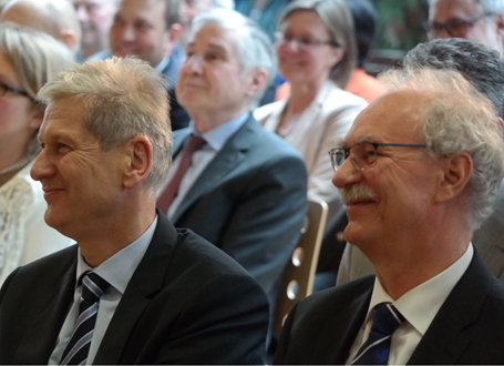 Ministerialdirektor Herbert Püls und Schulleiter Klaus Schneikart während der Festveranstaltung des Nikolaus-Kopernikus-Gymnasiums