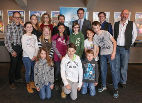 Bildungsstaatssekretär Georg Eisenreich (hinten Mitte) mit dem Team von