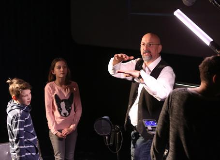 Joo Fürst (verantwortlich für Geräusche im Film Ene gut) im Gespräch mit den Schülerinnen und Schülern