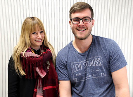 Die Studierenden Tina Schwarz und Kevin Schlotz von der Hochschule Neu-Ulm engagieren sich als Tutoren im Projekt Coding Kids