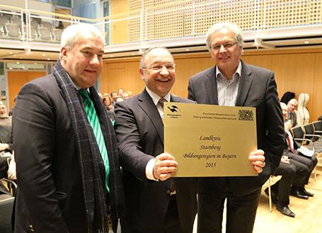 Bildungsminister Dr. Ludwig Spaenle (li.) mit Starnbergs Landrat Karl Roth (2.v.li.) bei der Übergabe des Gütesiegels
