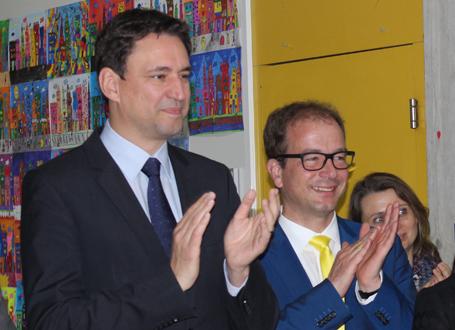 Bildungsstaatssekretär Georg Eisenreich zusammen mit Michael Müller, Bürgermeister von Geretsried, bei einer Schülervorführung in Geretsried (v.l.)