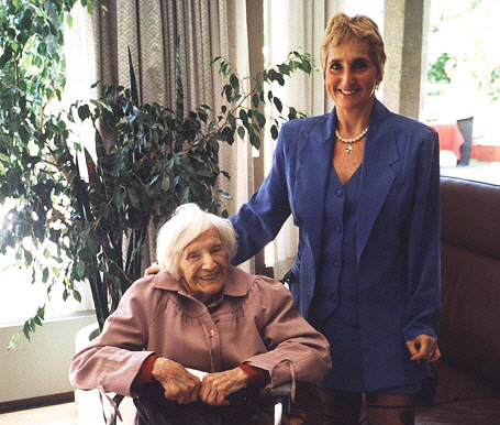 Eine engagierte und mutige Frau: Emilie Schindler (li.), hier mit Erika Rosenberg in der Deutschen Botschaft Buenos Aires, im Jahr 2000.