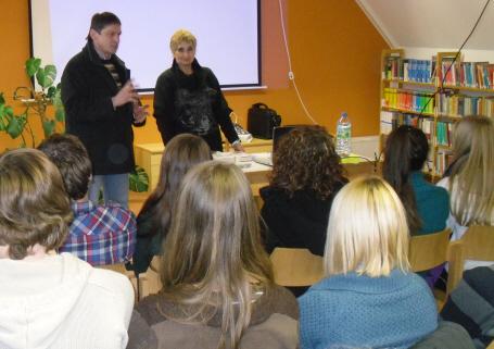Zu Zivilcourage, Mut und Einsatz anspornen: Erika Rosenberg beim Gespräch mit Schülern in Regensburg