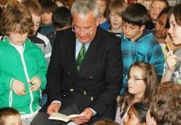 Kultusminister Ludwig Spaenle liest Schülern vor