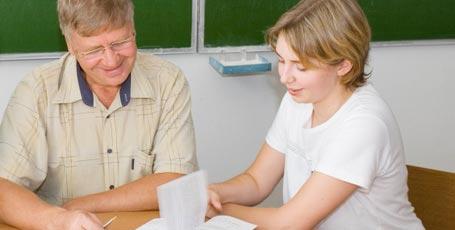 Lehrer erklärt Schülerin etwas