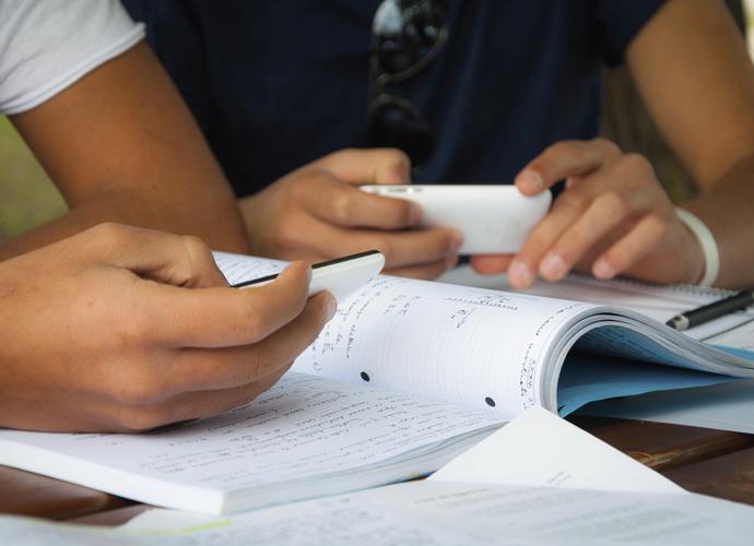 In Bayern gibt es kein Handy-Verbot, sondern ein Handy-Gebot, das dem Auftrag der digitalen Bildung im Unterricht gerecht wird