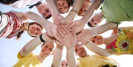 Viele Schüler die Ihre Hände aufeinander legen
