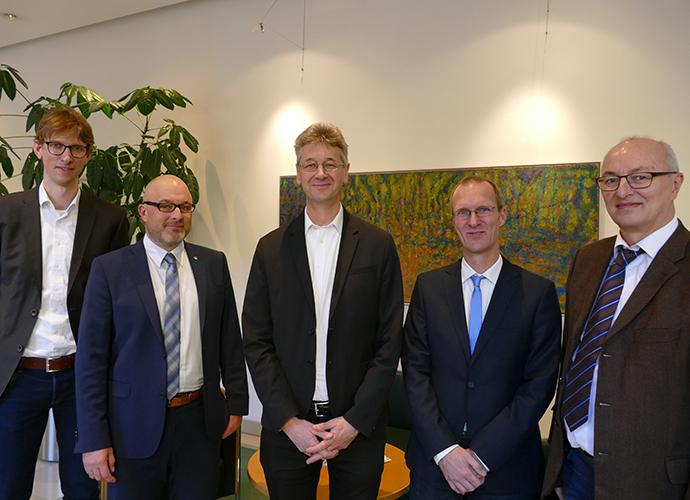 Kultusminister Prof. Dr. Michael Piazolo (Mi.) gemeinsam mit Thomas Weiß, Dr. Hans-Jörg Barth, OStD Markus Wenninger und StR Matthias Klaubert (v. re.)
