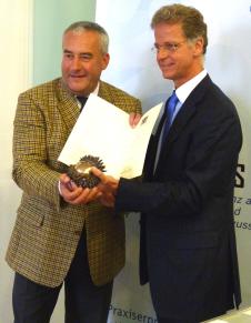 Kultusminister Spaenle überreicht Helmut Lind den Bayerischen Staatspreis für Unterricht und Kultus
