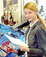 Mittelschülerin übt an einer Elektronik-Werkbank