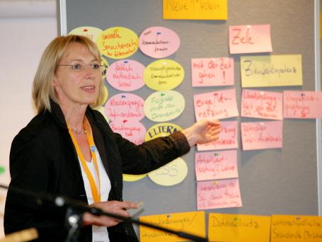 Schulleiterin Annette Pillich-Krogoll spricht über neue Medien in der Elternarbeit