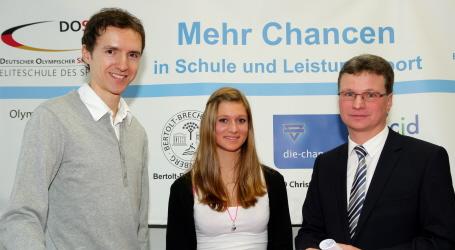 Staatssekretär Bernd Sibler (rechts), Skispringer Georg Späth (links) und die Oberstdorfer Schülerin Laura Gimmler (Mitte)