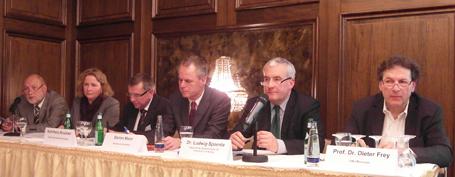 Max Schmidt (Bayer. Philologenverband), Susanne Arndt (Landeselternvereinigung), Karl-Heinz Bruckner (Direktorenvereinigung), Moderator Stefan Maier, Kultusminister Dr. Ludwig Spaenle und Prof. Dr. Dieter Frey (LMU)