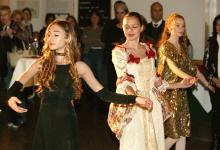 Tänzerinnen bei der Ausstellungseröffnung