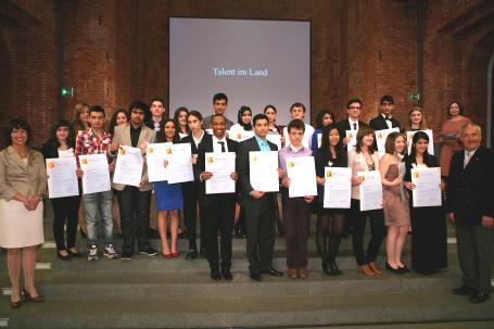 Talente im Land Bayern: Kultusminister Spaenle (rechts) und eine Hälfte der 50 neuen Stipendiaten