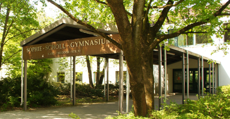 Der Eingang des Sophie-Scholl-Gymnasiums in München-Schwabing