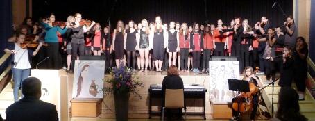 Der Chor und das Orchester der Schule bei der Feier