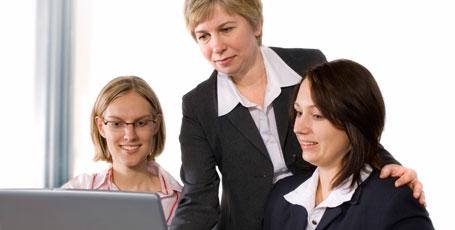 3 Frauen vor Laptop
