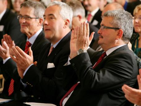 Kultusminister Ludwig Spaenle (Mitte), bbw Hauptgeschäftsführer Herbert Loebe (links) und vbw Hauptgeschäftsführer Bertram Brossardt (rechts)