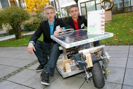 Schüler der Realschule Schondorf mit ihrem Solarmobil