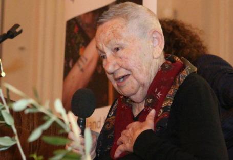 Tova Adler, eine Holocaust-Überlebende, spricht auf der Veranstaltung über ihr Schicksal