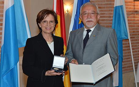Europaministerin Emilia Müller überreichte Oberstudiendirektor a.D. Sparrer die Medaille