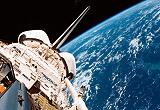 Geöffnetes Raumschiff mit Erdkugel im Hintergrund