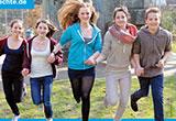 Plakat der Aktion: Jugendliche laufen Hand in Hand