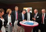 Wissenschaftsstaatssekretär und BBV-Vorsitzender Bernd Sibler (Mitte) und bvv-Vorsitzender Prof. Dr. Klaus Meisel (2. von rechts) unterzeichnen die Kooperationsempfehlung