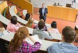 Hörsaal mit Professor und Studenten
