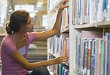 Junge Frau vor einem Bücherregal