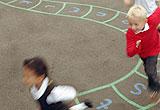 Kinder auf einem Schulhof
