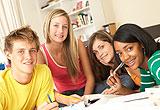 mehrere Schüler am Tisch