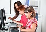 Kinder arbeiten in der Schule am Computer