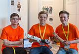 Drei junge Forscher präsentieren ihre Erfindung