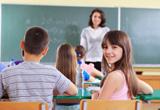 Schülerin dreht sich im Klassenzimmer um und blickt in die Kamera