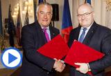 Tschechiens Kulturminister Daniel Herman mit Bayerns Kultusminister Dr. Ludwig Spaenle nach der Unterzeichnung in Prag