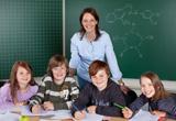 Grundschullehrerin mit ihren Schülern
