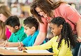 Lehrerin mit Migrantenkindern