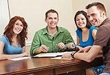 Vier Schüler lächeln