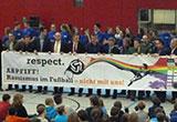 Ehrengäste halten Plakat mit dem Titel